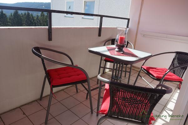 Loggia mit Balkonmöbeln zum gemütlichen Sitzen...