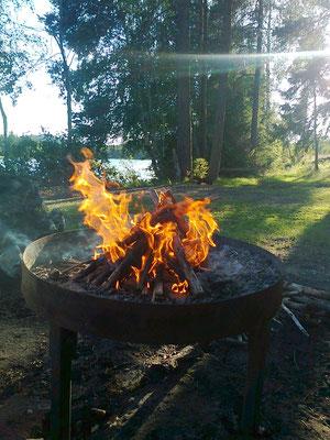 hier muss das Feuer keine Mücken vertreiben, also lasse ich es nur für die Glut herunterbrennen