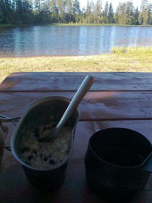 das Frühstück heute luxuriös am Tisch mit frischen Heidelbeeren und Blick auf den See