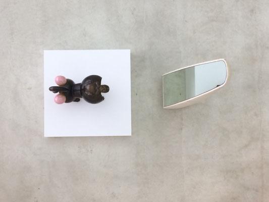 Der Pavian kommt aus den 1970er Jahren und aus der Sammlung der SKD und schaut und in den Spiegel von Robert Stadler
