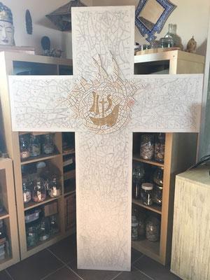 Collage des tesselles or et blanches pour le coeur de la Croix par Valérie la mosaïste