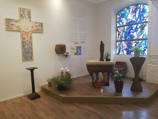 La Croix dans la chapelle rénovée, vitrail de Henri Guérin