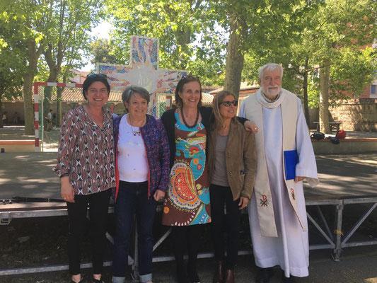 Bénédiction de la Croix dans la cour de l'école, 13 mai 2019, photo de tous les responsables du projet