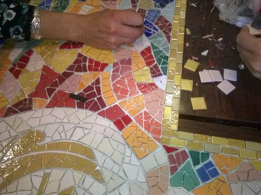 Le tour en mosaïques or commence, fait par les enfants de l'école, le reste par le personnel adulte