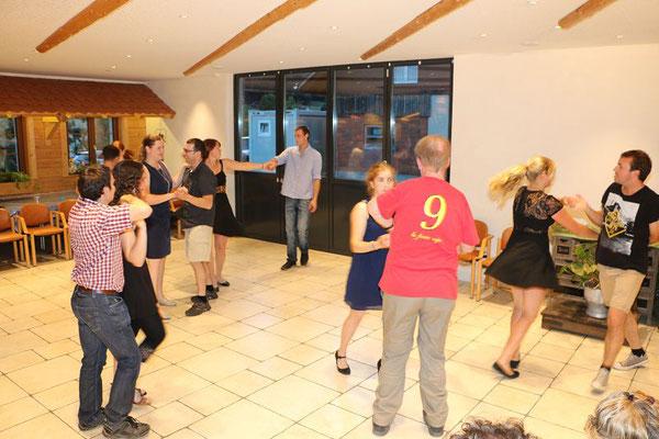 Niklaus kann fast wie ein Profi tanzen.