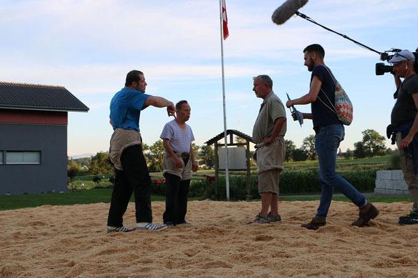 Stefan und Remo wagen einen Hosenlupf und werden instruiert von Rene Suppiger