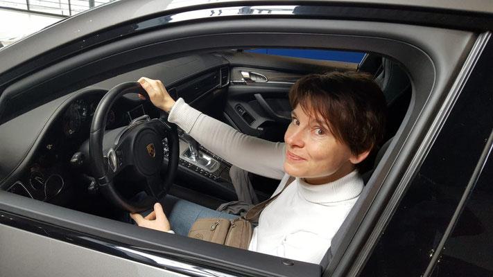 Der Schnellzeicher & Karikaturist in Pforzheim begeistert. Karin ist eine der wenigen Frauen in dieser Kunstscene. Als Schnellzeichner z.B. im Porsche Zentrum Pforzheim sorgt sie für bleibende Erinnerungen und fasziniert kleine und große Gäste.