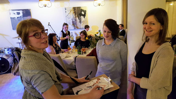Karin studierte in Münster Grafik-Design mit dem Schwerpunkt Buchillustration. Der Schnellzeichner und Karikaturist aus Augsburg zeichnet Bilder und ist ein Highlight und arbeitet freiberufliche als Illustratorin für verschiedenste Kinderbuchverlage.