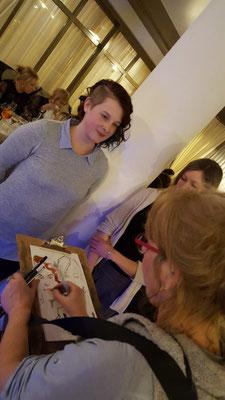 Schnellzeichner zur Hochzeit, Karikaturistin zeichnet Karikaturen und ist ein Highlight und arbeitet freiberufliche als Illustratorin für verschiedenste Kinderbuchverlage. Karikaturen malen mal andres mit dem Schnellzeichner. Leporello als Gastgeschenk!