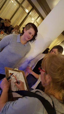 Schnellzeichner Hochzeit, Karikaturistin zeichnet Karikaturen und ist ein Highlight und arbeitet freiberufliche als Illustratorin für verschiedenste Kinderbuchverlage. Karikaturen malen mal andres mit dem Schnellzeichner. Leporello als Gastgeschenk!