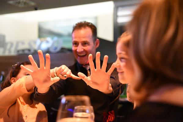 Die Zauberer bieten beste Unterhaltung bei Ihrer Betriebsfeier in Stuttgart, Artistern, Showkünstler, Bauchredner, Schnellzeichner, Feuershow, Jongleure für Ihre Firmenfeier, Tage der offenen Tür, Neueröffnung, Betriebsjubiläum, Firmenevent!