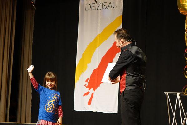 Showacts Stuttgart mit dem Zauberer für beste Zaubershows Stuttgart, Zauberer für stand up Entertainment Magic Oli Wonder in Stuttgart. Erleben sie die stand up & Bühnenshow mit dem Bühnenzauberer Stuttgart