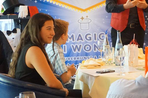 Zauberer für Geburtstag begeistert immer und ist einzigartig. Geeignet auch für Jugendweihe, Kommunion, Konfirmation und Junggesellenfeier, Party! Zauberer für Geburtstag mit Magic Oli Wonder buchen oder mieten! Zaubershow für Geburtstag anfragen!