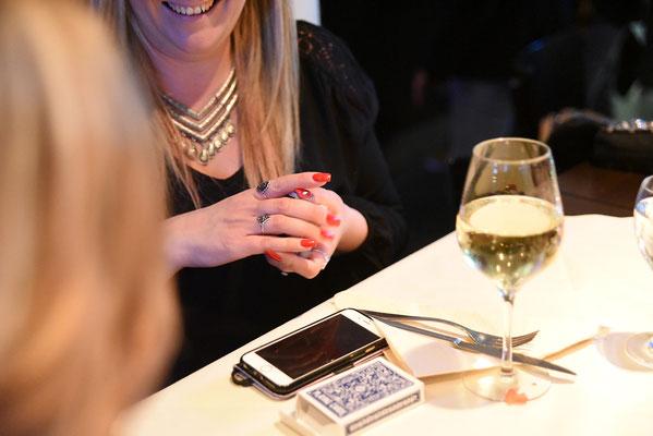 Tischzauberer Stuttgart auch in Renningen, Herrenberg, close-up Zauberer Fellbach, der close up Zauberer, einzigartige Zauberin macht sprachlos, Tischzauberin bravorös auch in Österreich und Schweiz! Table hopping bei Geburtstag, Hochzeit, Firmenfeier!