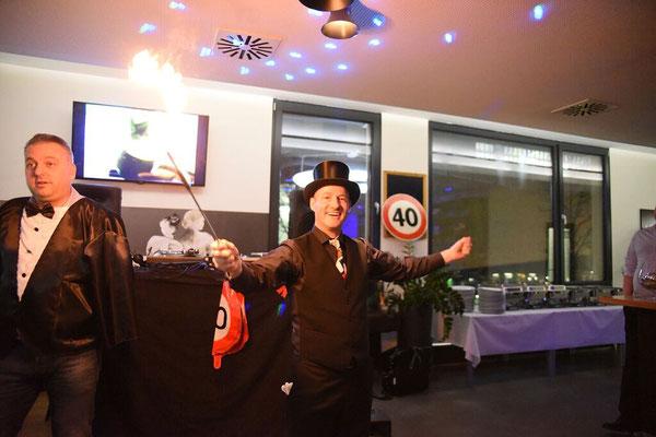 Zauberer Ludwigsburg, Zauberkünstler in Ludwigsburg, zur Hochzeit, Firmenfeier ein Highlight, zur Weihnachtsfeier, Firmenevent, Jubilare, Sommerfeste, runden Geburtstag, Neueröffnung, Walking Acts und Magic  Dinner mit seiner Zaubershow ein Genuß!