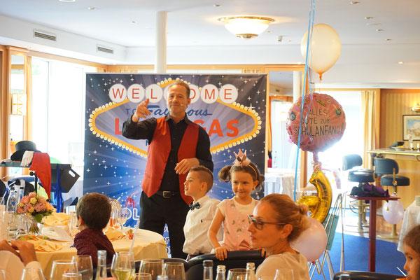 Unterhaltung für runden Geburtstag begeistert immer und ist einzigartig. Geeignet auch für 50er | 60er | 70er | 80er | 90er feiern Sie am besten mit einem Profi! Zauberer für beste Unterhaltung für runder Geburtstag mit Magic Oli Wonder feiern!