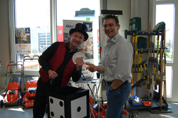 Messezauberer für die Region Stuttgart begeistert als Zauberkünstler für Ihre Messe. Das Highlight für Ihren Messestand mit Produkt Zauberei zieht er die Messebesucher an Ihren Stand und begeistert mit seiner Messeshow als walk act Zauberer fasziniert