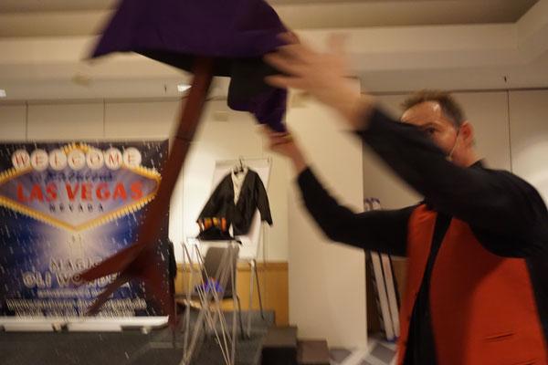 Bühnenshow Stuttgart mit dem Zauberer für beste Zaubershows die ihre bezaubernden Zuschauer begeistern, Zauberer für Betriebsfest, Firmenfeier, Betriebsfeier, Firmenevent. Erleben Sie die Bühnenshow mit dem Bühnenzauberer aus Stuttgart. Der Showact!