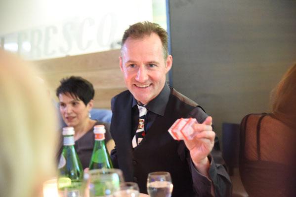 Zauberer Tübingen, Zauberer Tübingen begeistert ihre Gäste auf sehr hohem Niveau und bringt ihr Publikum zum staunen und lachen in Tübingen und ganz Deutschland, der Magier für Hochzeit Firmenevent und Geburtstag, Zauberkünstler Tübingen begeistert sie