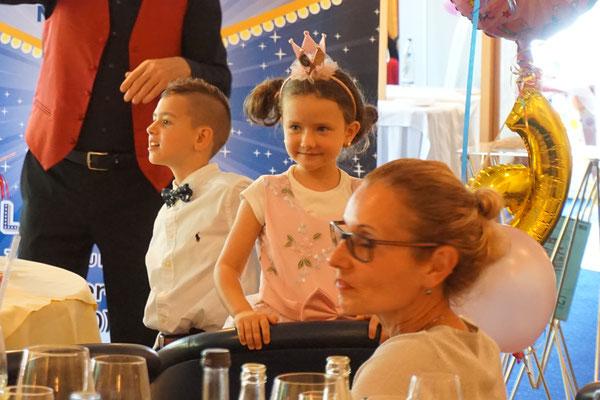 Zauberer für Geburtstag begeistert immer und ist einzigartig. Geeignet auch für Jugendweihe, zur Kommunion, Konfirmation und Junggesellenfeier, Party! Zauberer für Ihren Geburtstag - Magic Oli Wonder buchen - mieten! Zaubershow für Geburtstag anfragen!