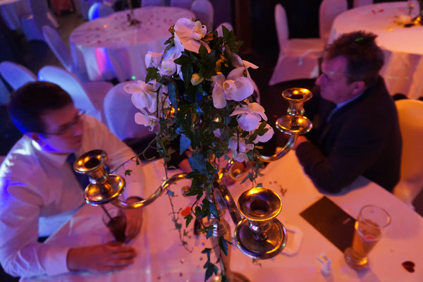 Zauberer für Hochzeit bietet beste Showacts. Der Hochzeitszauberer ist der Eyecatcher auf Ihrer Hochzeit. Was kostet ein Zauberer für eine Hochzeit? Zauberer zur Hochzeit buchen. Zauberer Hochtzeit mieten für Hochzeitsfeier günstig. Das Highlight.