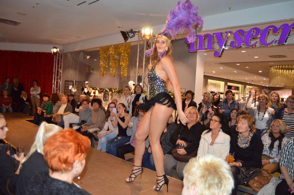 Showact bietet beste Unterhaltung bei Betriebsfesten in Stuttgart. Ein Showacts Stuttgart mit Modeschauen und Seminaren begeistert. Faszination pur auf Ihrer Weihnachtsfeier ist garantiert, Firmenevent, Sommerfest jetzt schnell anrufen und sofort buchen.