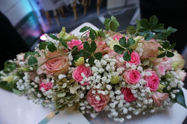 Eine Messe für Hochzeit bietet viele Ideen für Ihre Veranstaltung! Verschiedene Location, Brautkleider, Schmuck in allen Preislagen, Catering, Fotobox, Candy Bar, DJ, Sänger mit Live Musik, Zauberer & Mentalmagier, Schnellzeichner und Feuershow!
