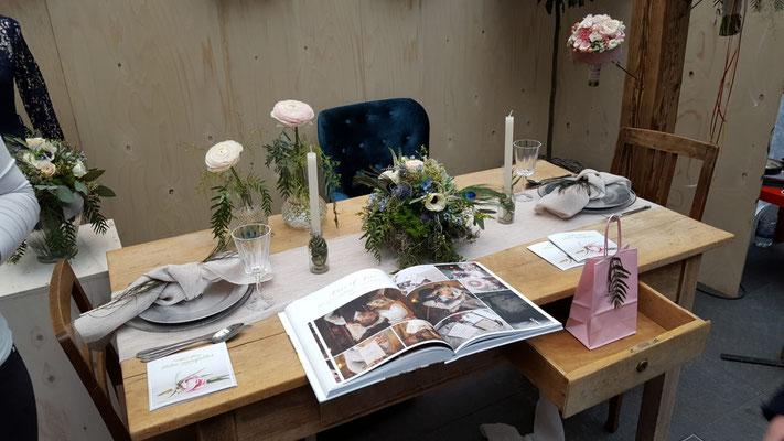 Traurednerin oder die Hochzeitstorte an alles muss gedacht werden. Auch die Unterhaltung für die Kinder ist wichtig und sollte bedacht werden. Close-Up Zauberer an den Tischen, zum Kaffee, nach dem Dessert, aber auch zum Fotoshooting alles ist möglich.