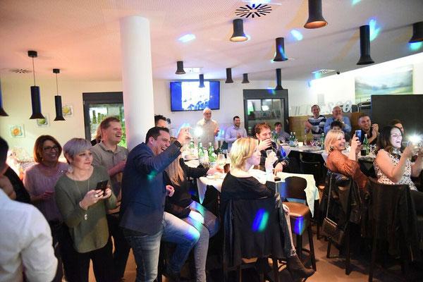 Unterhaltung in Stuttgart mit dem Showact Modeschauen, Geburtstagen, Hochzeiten, Firmenfeiern wie Sommerfeste, Weihnachtsfeiern, Neueröffnungen, Jubilare, Junggesellabschied mit einer Feuershow, Schnellzeichnerin, Bauchredner oder Zauberer & Mentalist.