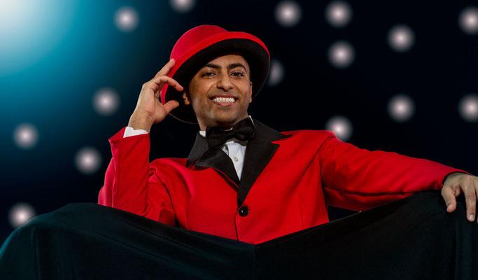 Der Profi Jongleur in Köln für Gala, Hochzeit, Geburtstag und Firmenfeier. Die Jonglage Show in Köln ist immer eine Sensationen und sorgt für Gänsehaut. Der Jongleur ist als Trainer in verschiedenen Musicals engagiert gewesen und ist Garant für Qualität.