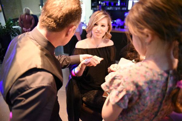 Incentives für Ihre Mitarbeiter! Zauberei & Mentalmagie und einen Zaubertrick in Stuttgart lernen? Mitarbeitern etwas außergewöhnliches anbieten. Walking Acts, Showacts, Zauberkünstler, Magier, Artisten aller Art Zaubershows als Close-Up an den Tischen.