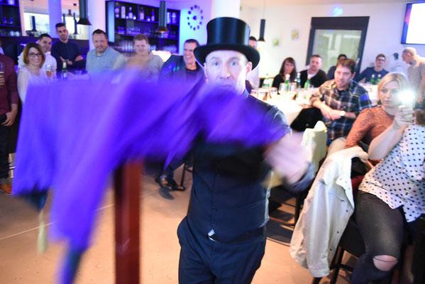 Zauberer Metzingen, der Zauberer und Magier Metzingen mit seiner stand up Zaubershow zaubert als Zauberkünstler und Mentalist aber auch als Tischzauberer in Metzingen und Umgebung, seine Show ist einzigartig und die Magie ist spürbar gut close up stand