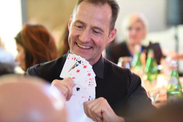 Tischzauberer Stuttgart auch in Renningen, Herrenberg, der close up Zauberer, einzigartige Zauberin macht sprachlos, Tischzauberer Hochzeit