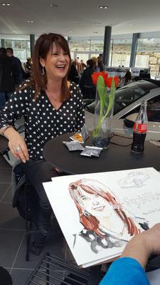 Der Schnellzeicher & Karikaturist in Pforzheim fasziniert immer überall wo sich die Gäste aufhalten. An den Stehtischen, sitzend oder in ganzen Gruppen zeichnet der Schnellzeichner was gezeichnet werden will. Die Bilder werden in 3 oder A4 gezeichnet.