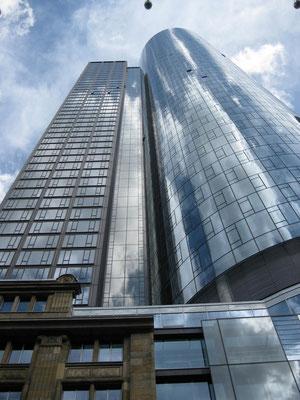 Zwar rund 60 m kleiner als der Commerzbank Tower und ›nur‹ 200 m hoch, ...