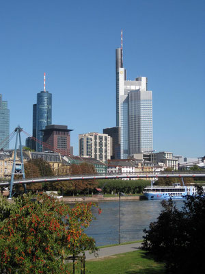 Nur eine optische Täuschung gewesen, dergestalt wie hier der Commerzbank Tower um so vieles größer erscheint ...