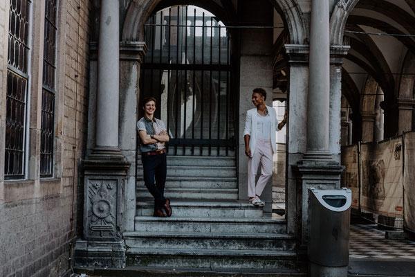 Bräute auf der Treppe rechts und links stehend