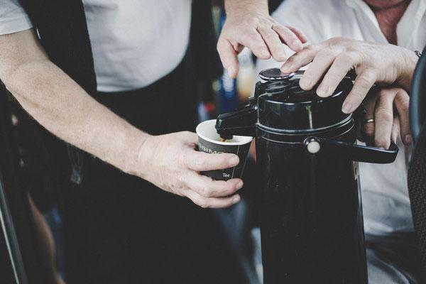 Kaffee im Bus für die Hochzeitsgesellschaft