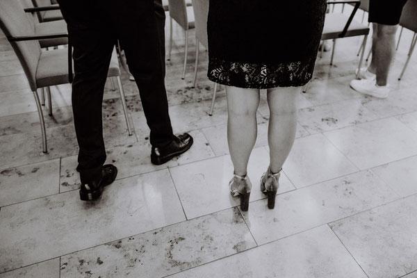 Schwarz weiß Bild Beine Standesamt