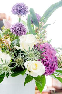 Disteln mit weißen Rosen