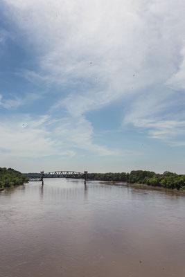 Der Katy Trail folgt grösstenteils dem Lauf des Flusses Missouri. Booneville, Missouri, USA 6/2014