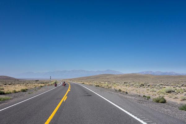 Auch auf dem einsamsten Highway der Welt trifft man mal einen Fahrradfahrer. Nevada, USA 8/2014