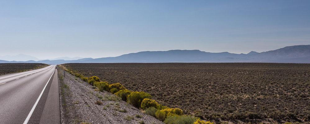 Sehr einsames Radfahren auf dem Highway 50. Nevada, USA 8/2014
