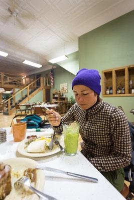 Grosses Frühstück in Kleinstadt: Breakfast Burrito, Zimtschnecke, Green Smoothie. Kansas, USA 6/2014