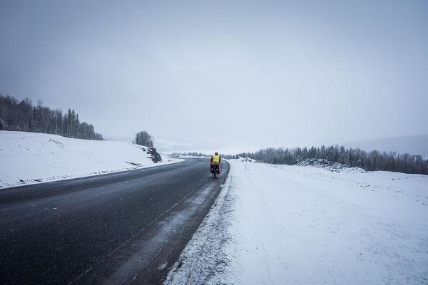 Der Winter schlägt zurück. Eiskalter Schneeregen auf dem Transcanada Highway. Quebec, Kanada 4/2014