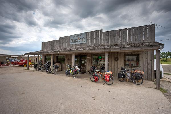 Nach monatelanger Einsamkeit treffen wir gleich fünf Radfahrer auf einmal. Cassoday, Kansas, USA 6/2014