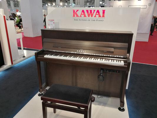 Für Fans von Klaviere in Braun gibt es das Kawai K-200 in einem wunderschönen Nussbaum