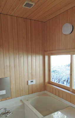 サワラの板張り壁の浴室。