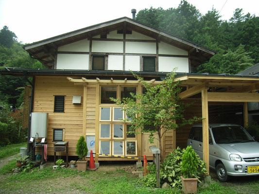 外壁漆喰仕上げ。玄関、車庫の増築