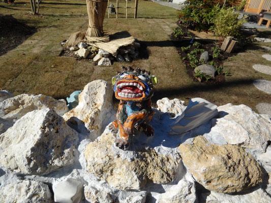 ヒンブンに取り付けられた陶器の作品
